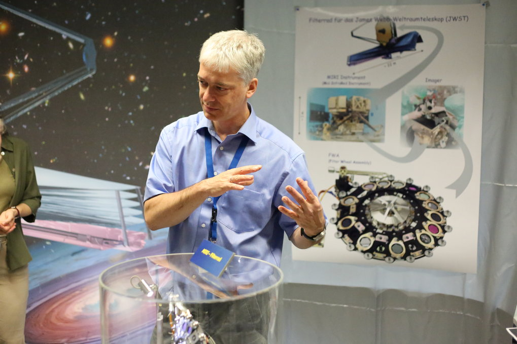 Some space telescope parts are actually made in Heidelberg! Here: explaining the capabilities of the James Webb Space Telescope (JWST), to which MPIA researchers and engineers are contributing parts and know-how.