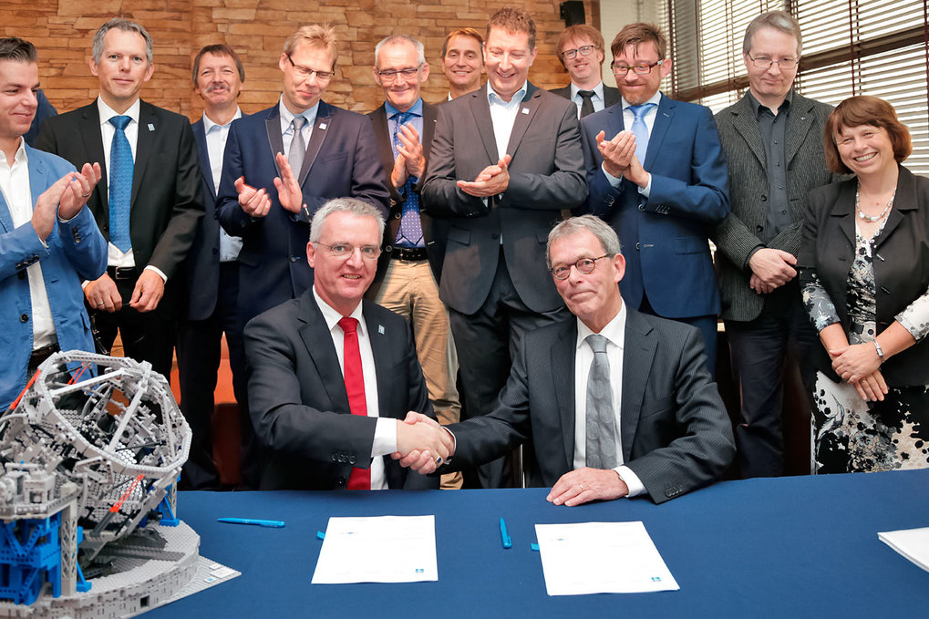 <p>ESO has signed an agreement with a consortium of institutes around Europe for the design and construction of METIS, an infrared camera and spectrograph for the European Extremely Large Telescope (E-ELT).<br /> The agreement was signed by H. W. (Willem) te Beest, Vice-President Executive Board, Leiden University (right), on behalf of the consortium, and Tim de Zeeuw, ESO Director General, at a ceremony at the Science Faculty Club of Leiden University in the Netherlands, on 28 September 2015.</p>