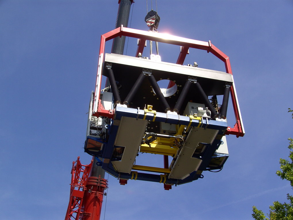 LINC-NIRVANA mounted in its traverse is lifted by a crane in a dizzy height.