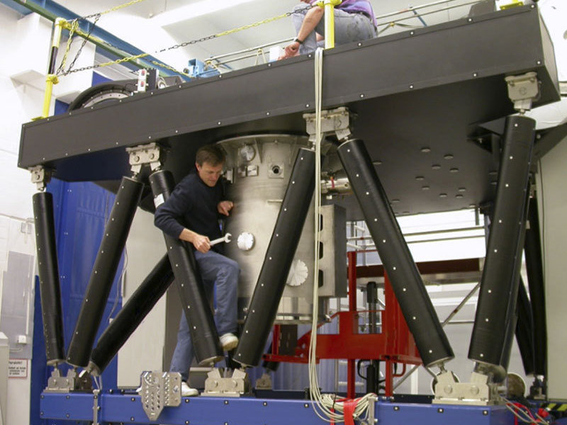 Fitting the cryostat to the optical bench of the LINC-NIRVANA instrument during its preparation at MPIA for its use at the Large Binocular Telescope.